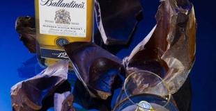 Une bouteille de whisky Ballantine's dans un coffret en chocolat !
