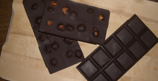 Tablettes de chocolat noir aux noisettes entières